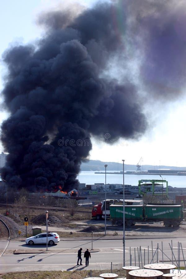 Uddevalla Sverige, April 15 2019: Brand i den Uddevallas hamnen royaltyfri bild