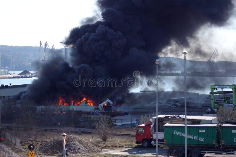 Uddevalla Sverige, April 15 2019: Brand i den Uddevallas hamnen arkivfoto