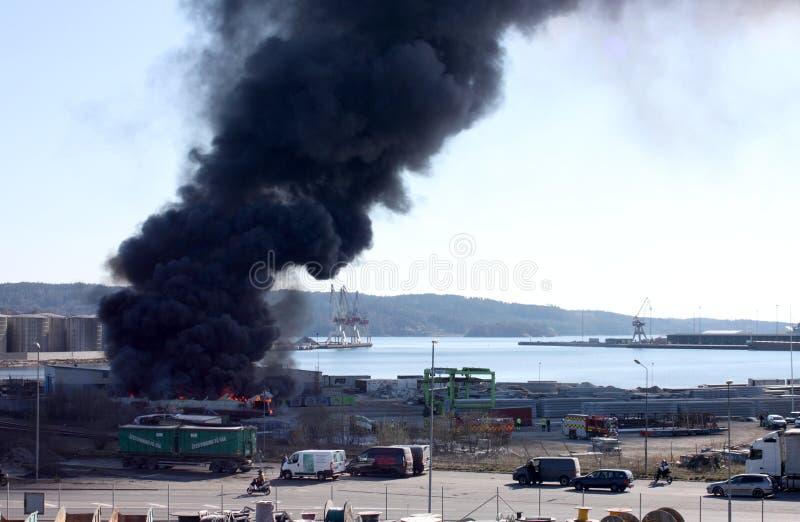 Uddevalla Sverige, April 15 2019: Brand i den Uddevallas hamnen arkivbild
