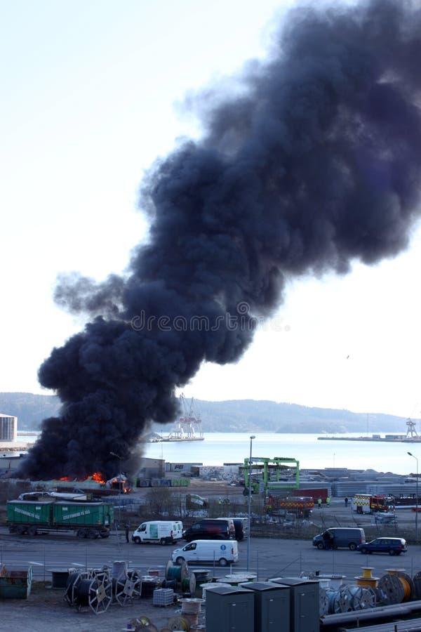 Uddevalla Sverige, April 15 2019: Brand i den Uddevallas hamnen royaltyfri foto