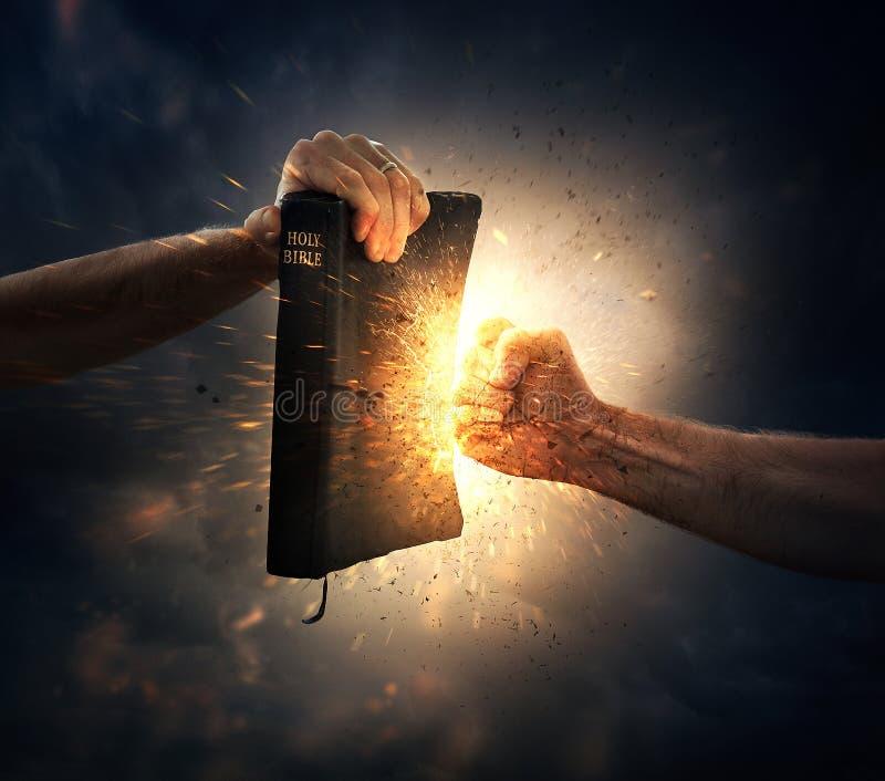 Uderzać pięścią biblię zdjęcie royalty free