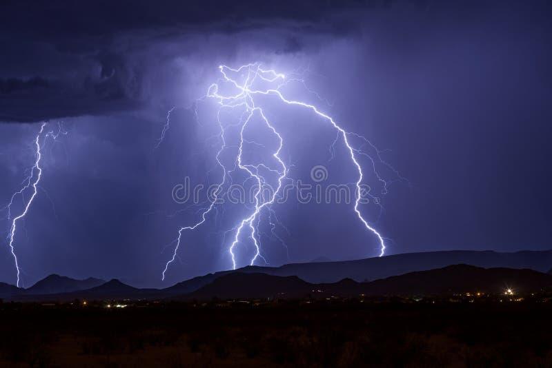 Uderzenia pioruna góra w lato burzy obrazy stock