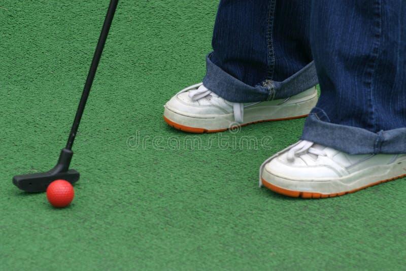 Uderzenia zakańczającego uderzenia zakańczającego golf zdjęcia stock
