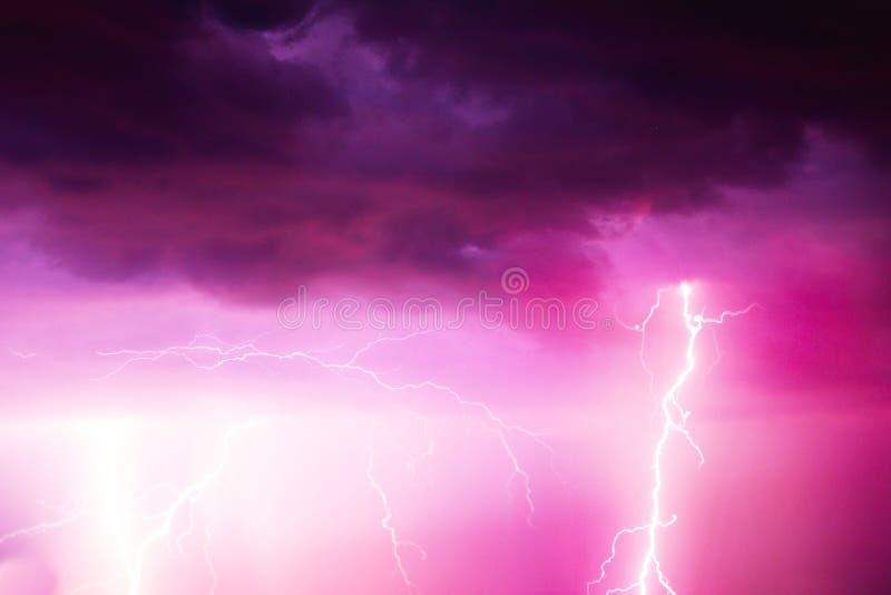 Uderzenie pioruna na chmurnym niebie Menchie, bez i purpura stonowany wizerunek, obraz royalty free