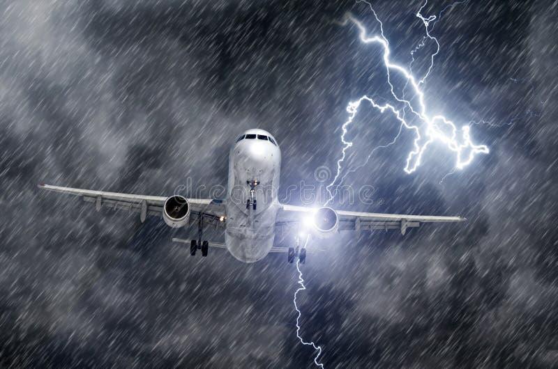 Uderzenie pioruna rygiel podczas ulewnego deszczu w samolotu silniku podczas lądowania i burzy obrazy stock