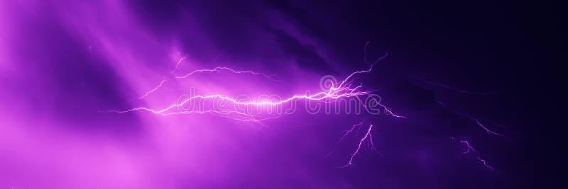 Uderzenie pioruna w nocnym niebie obrazy stock