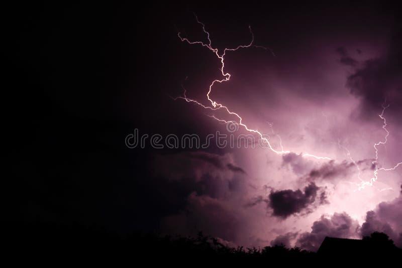 Uderzenie pioruna z chmurami zdjęcie royalty free