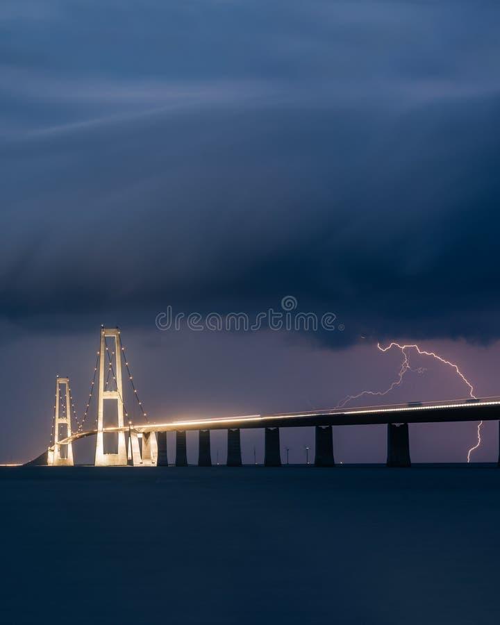 Uderzenie pioruna za Wielkim paska mostem fotografia stock