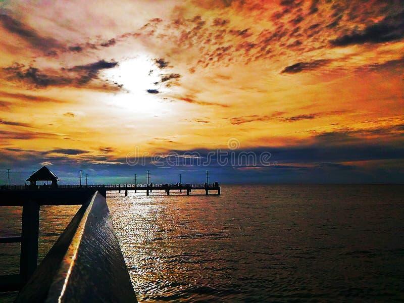 Uderzenie Saenjest abeachmiasteczkiem wzdłuż Wschodniego zatoki wybrzeża ofTajlandia obraz stock