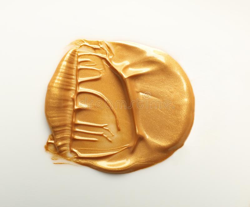 Uderzenie złocista farba na bielu zdjęcia stock