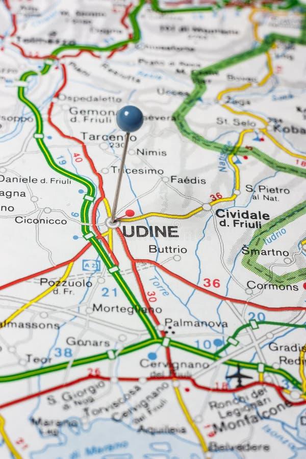 Udine που καρφώνεται σε έναν χάρτη της Ιταλίας στοκ φωτογραφίες