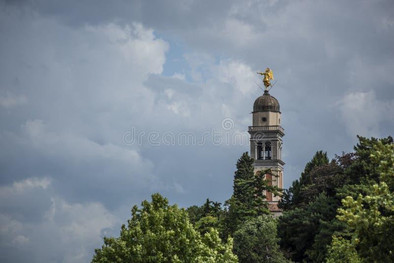UDINE, ITALIË, 12 JUNI, 2018: de torenspits van de Kerk van Santa Maria di Castello in Udine royalty-vrije stock afbeeldingen