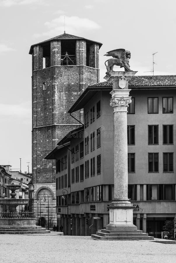 Udine, Italië: Oude middeleeuwse toren en historische monumentenkolom stock afbeelding
