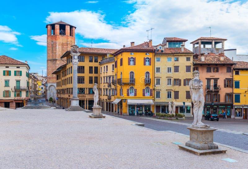 Udine, Italie : Vieilles statues historiques et maisons colorées dans le style traditionnel d'architecture photographie stock libre de droits