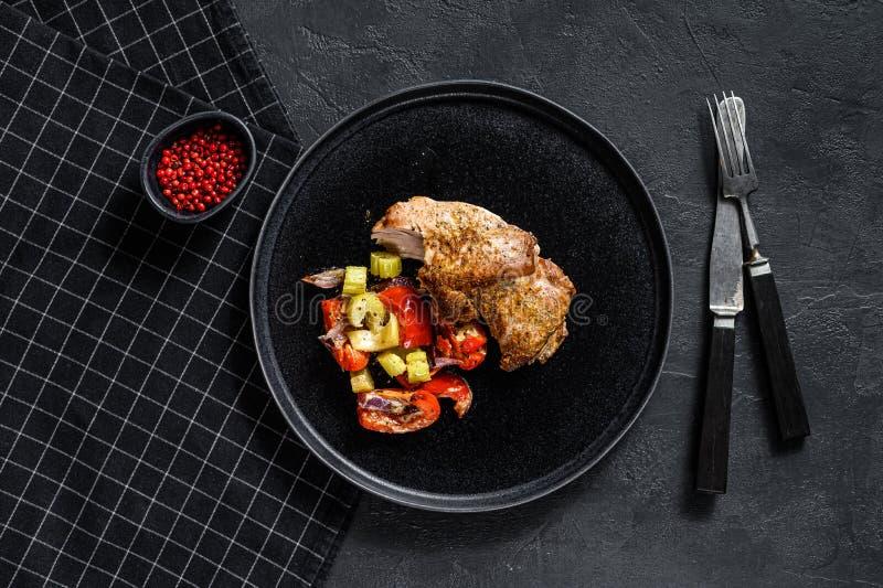 Udo pieczone tureckie z warzywami Czarne tło Widok z góry Spacja dla tekstu zdjęcie royalty free