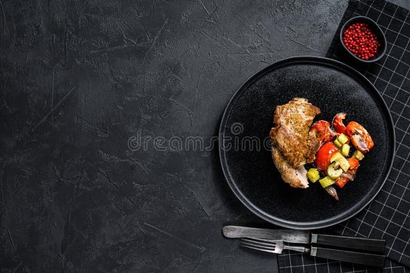 Udo pieczone tureckie z warzywami Czarne tło Widok z góry Spacja dla tekstu obrazy stock