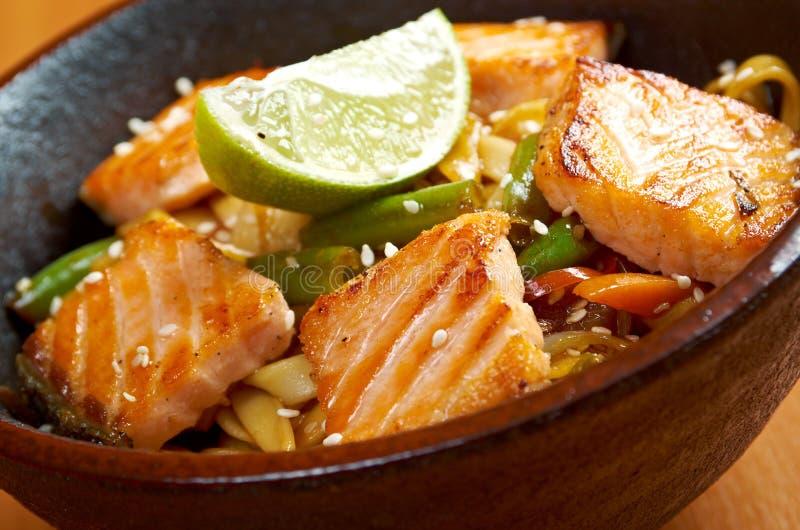 Udon avec des saumons et des légumes photos stock
