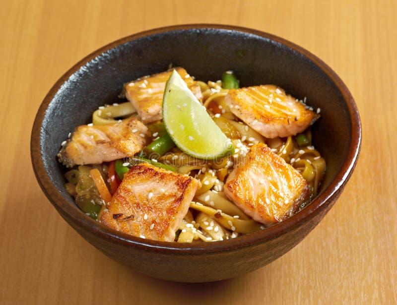 Udon avec des saumons et des légumes image stock
