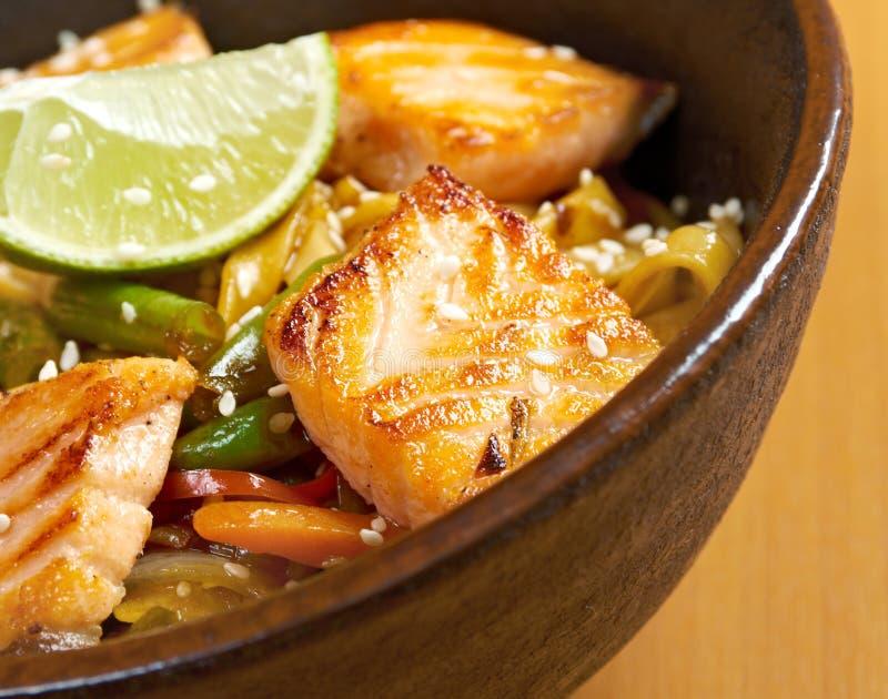 Udon avec des saumons et des légumes photo libre de droits