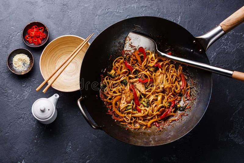 Udon braten Nudeln mit Huhn und Gemüse an lizenzfreie stockfotografie