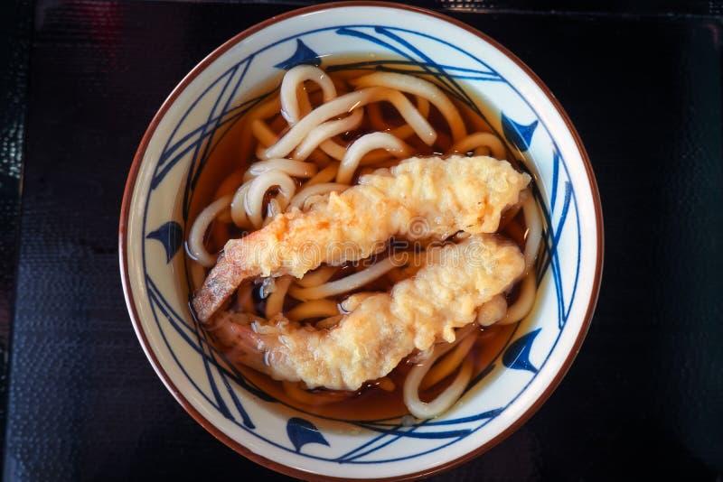 Udon noodles em caldo, com camarão Comida japonesa fotos de stock royalty free