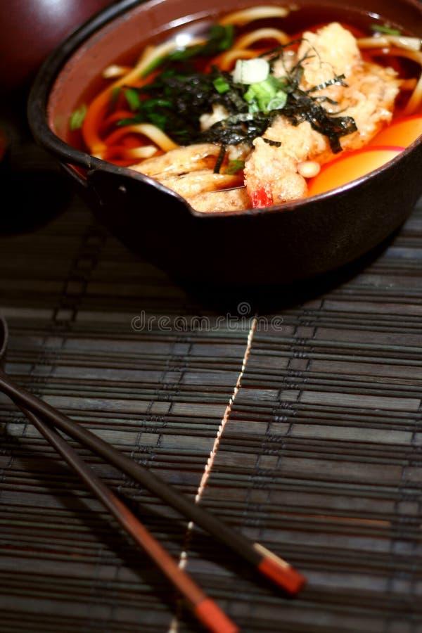 Udon Suppe und Ess-Stäbchen stockfotos