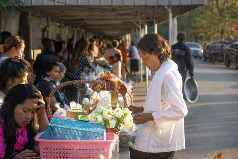 Udon Thani/Thailand-03 02 2017: A cerimônia tailandesa de dar o alimento às monges Povos que sentam e que esperam sua volta para  foto de stock royalty free