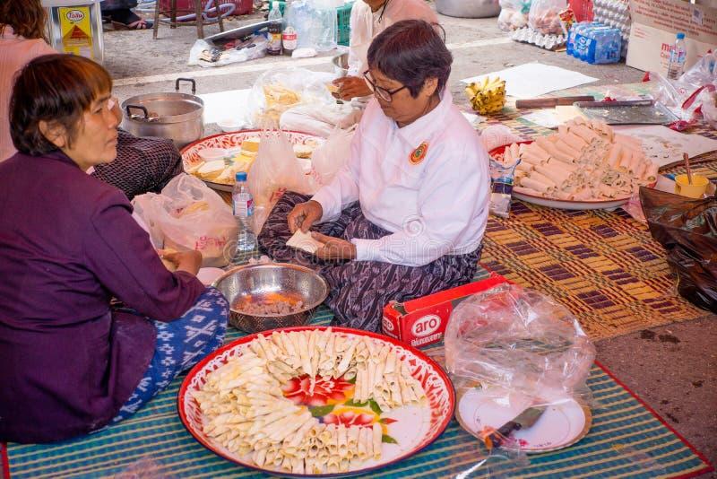 Udon Thani/Thailand-29 01 2017 : Le festival près de la ville Les gens sont préparants et donnants la nourriture pour libre photos stock