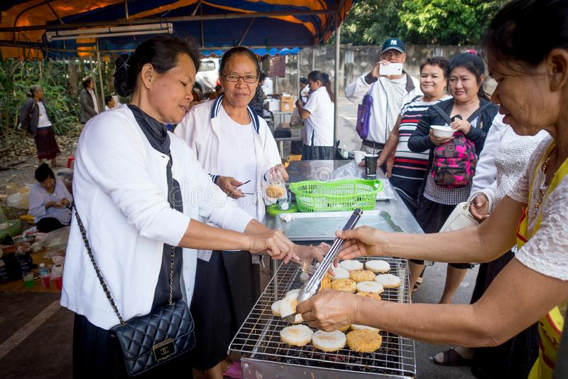 Udon Thani/Thailand-29 01 2017 : Le festival près de la ville Les gens sont préparants et donnants la nourriture pour libre image stock