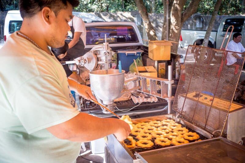 Udon Thani/Thailand-29 01 2017 : Le festival près de la ville Les gens sont préparants et donnants la nourriture pour libre photographie stock libre de droits