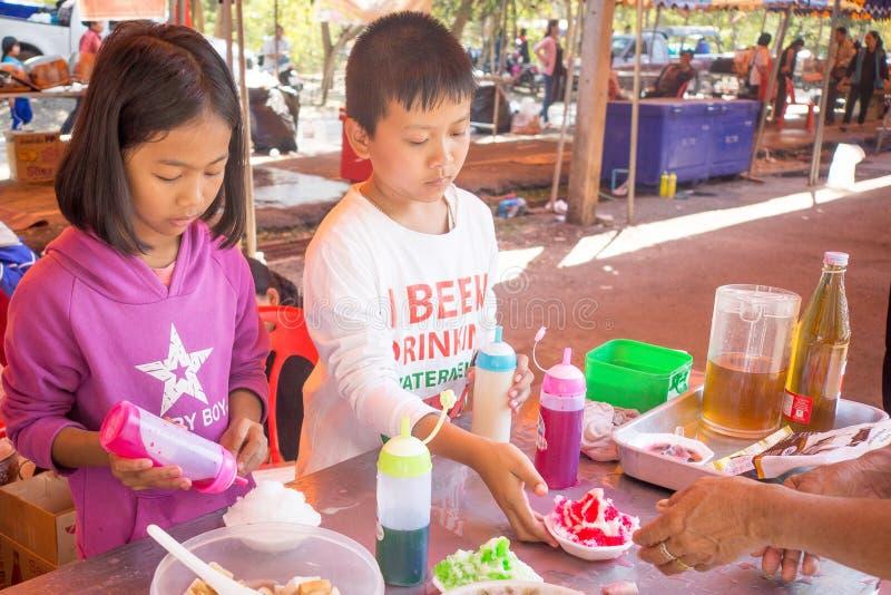Udon Thani/Thailand-29 01 2017 : Le festival près de la ville Les gens sont préparants et donnants la nourriture pour libre image libre de droits