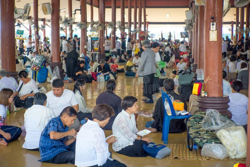 Udon Thani/Thailand-03 02 2017 : Le hall complètement des personnes qui mangent photo stock