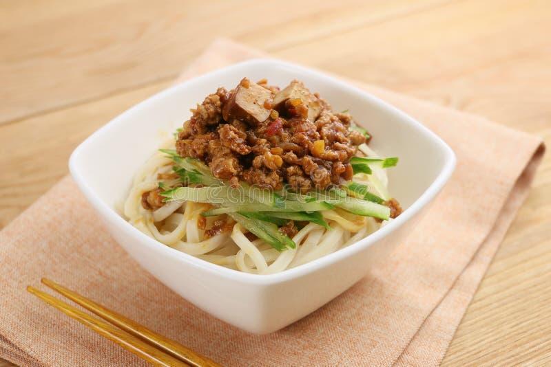Udonnoedel met fijngehakt rundvlees en groenten in witte kom op lusje stock fotografie