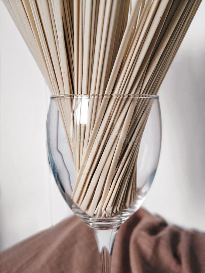 Udonnudlar i ett exponeringsglas arkivbild