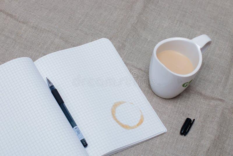 Udoskonalacz z filiżanki kawy na notebooku z otwartym żelowym wstrzykiwaczem zdjęcie stock