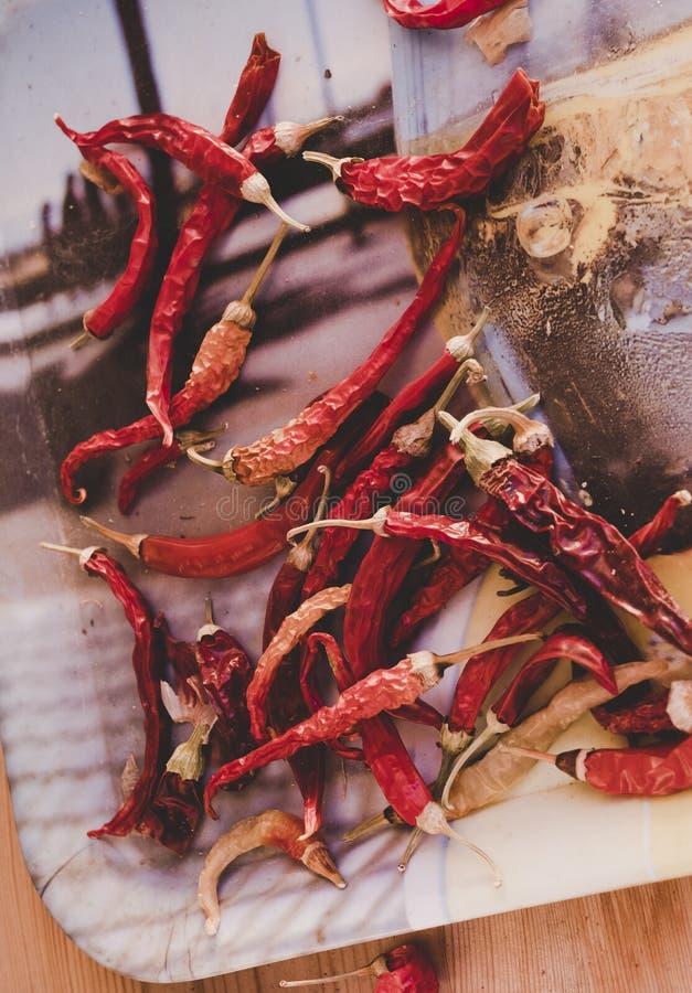 Udział wysuszony chili jako karmowy tło obraz royalty free