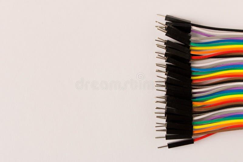 Udziały kolorowi druty na białym tle abstrakcyjny tło zdjęcia royalty free