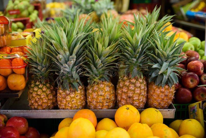 Udział świezi dojrzali ananasy kłama na each inny na outdoors rynku zdjęcia royalty free