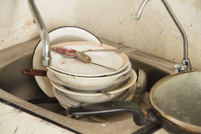 Udział brudni naczynia w starej kuchni zdjęcie stock