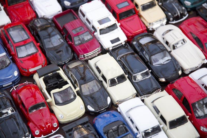 Udział mali kolorowi kruszcowi zabawkarscy samochody jako dzieci zabawkarscy obraz royalty free