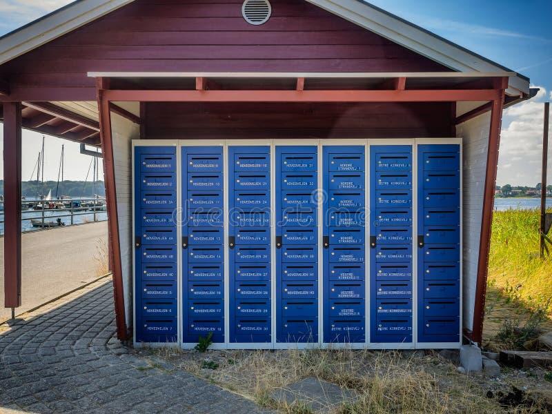 Udział skrzynki pocztowa na wiejskiej wyspie Hjarnoe Jutland obraz stock