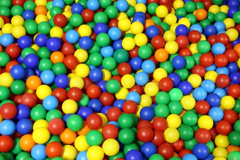 Udziały błękitnej zieleni czerwony kolor żółty barwili sfery w basen bal obrazy royalty free