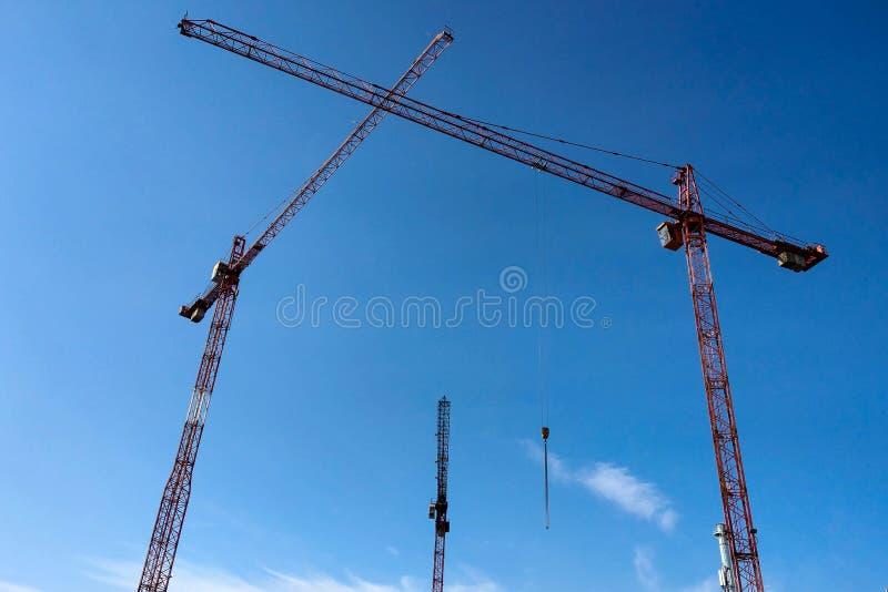 Udziały basztowy onstruction miejsce z żurawiami i budynkiem z niebieskiego nieba tłem zdjęcie royalty free