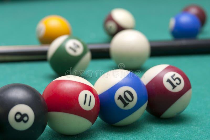 Udziały bilardowe piłki i wskazówki zbliżenie, makro- strzał fachowy konkurencyjny bilardowy stół fotografia royalty free