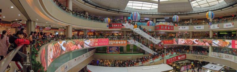 Udziały konsumenci odwiedza dużego centrum handlowe na nowego roku wakacje obrazy royalty free