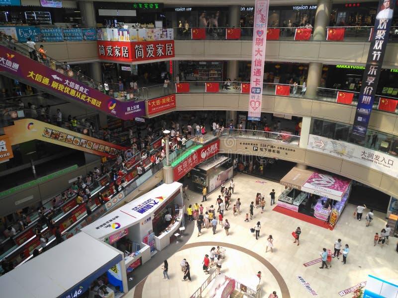 Udziały konsumenci odwiedza dużego zakupy centrum handlowe na świętach narodowych obraz stock