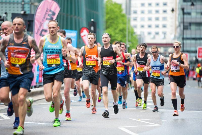 Udziały ludzie biega w Londyńskim maratonie london wielkiej brytanii obraz stock