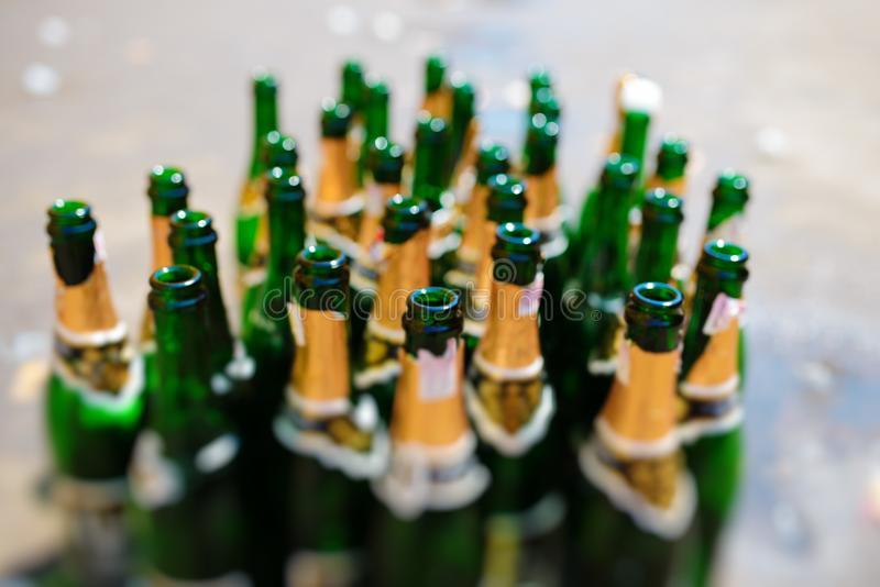 udziały puste butelki iskrzasty wino na rozmytym tle fotografia royalty free
