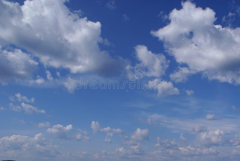 Udziały puszyste białe chmury w niebieskim niebie obrazy royalty free