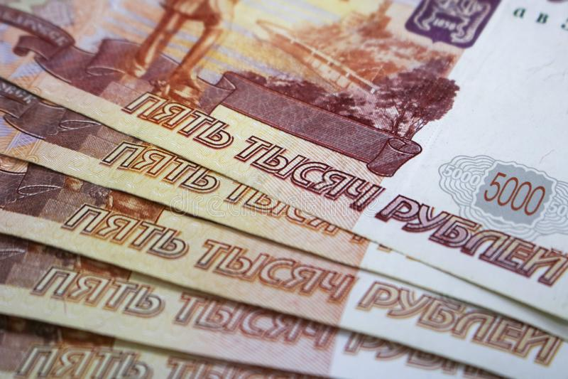 Udziały Rosyjski pieniądze banknoty przychodzący w wyznaniach pięć tysięcy banknoty w górę obrazy stock